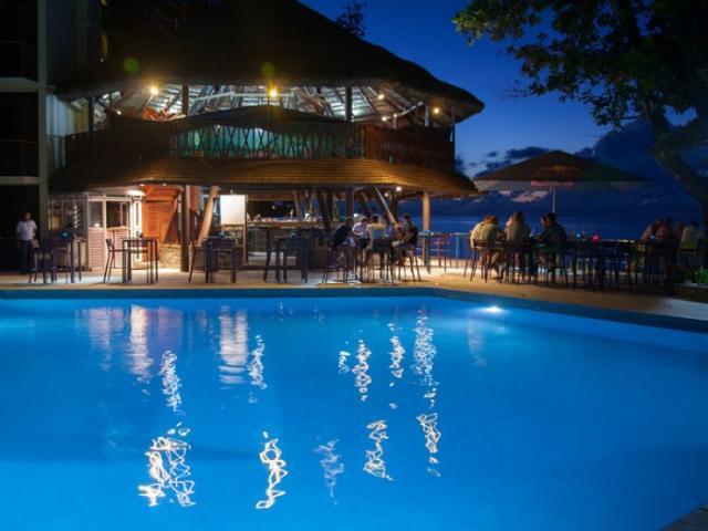 seychelles-mahe-coral-strand-restaurant-vue-bar-piscine.jpg
