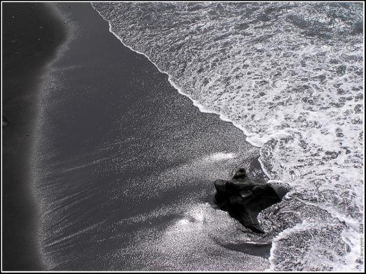 Редчайшие черные пески на пляже