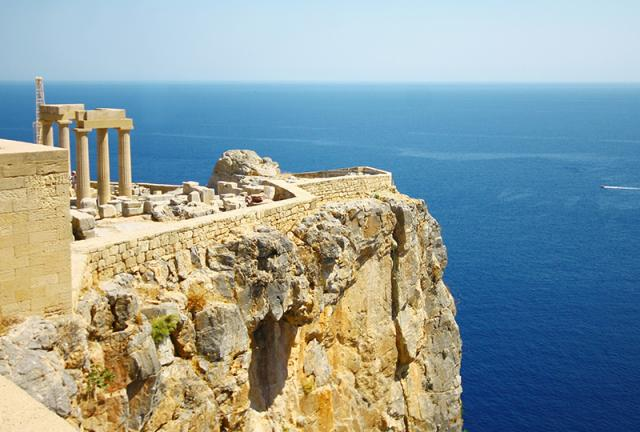 Берег моря и история, вот что ожидает в Греции