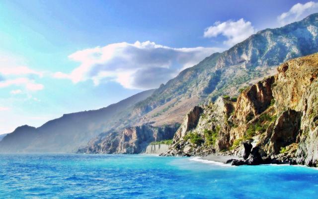 Скалистый берег острова