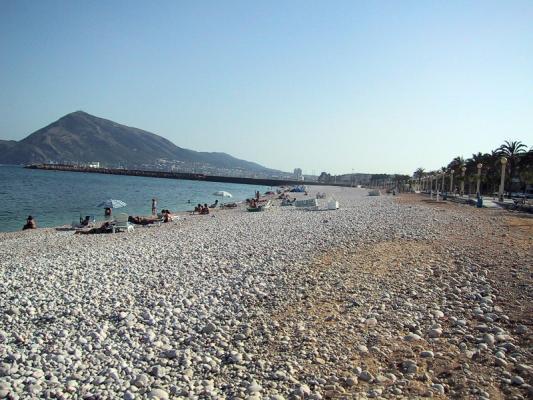Скалы, море и золотой песок на пляжах Испании