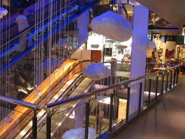 fbcf2816148e Центр Барселоны буквально усеян маленькими бутиками, среди которых есть  такие дорогие и именитые марки, как Chanel, Versace, Giorgio Armani,  Cartier, ...
